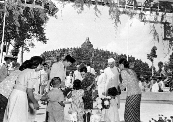 COLLECTIE_TROPENMUSEUM_President_Soekarno_en_de_Indiase_premier_Nehru_kijken_toe_hoe_Indira_Gandhi_bloemen_in_ontvangst_neemt_tijdens_een_bezoek_aan_de